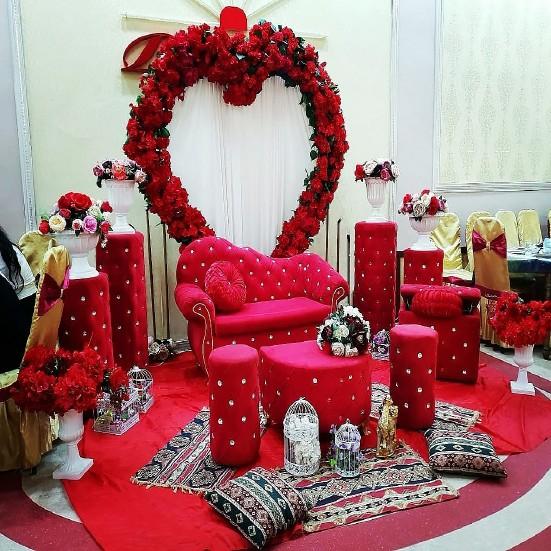 Xına dekorları - qırmızı çiçəklərlə bəzədilmiş qırmızı oturacaqlar əlavə edilmiş birnəfərlik taxt